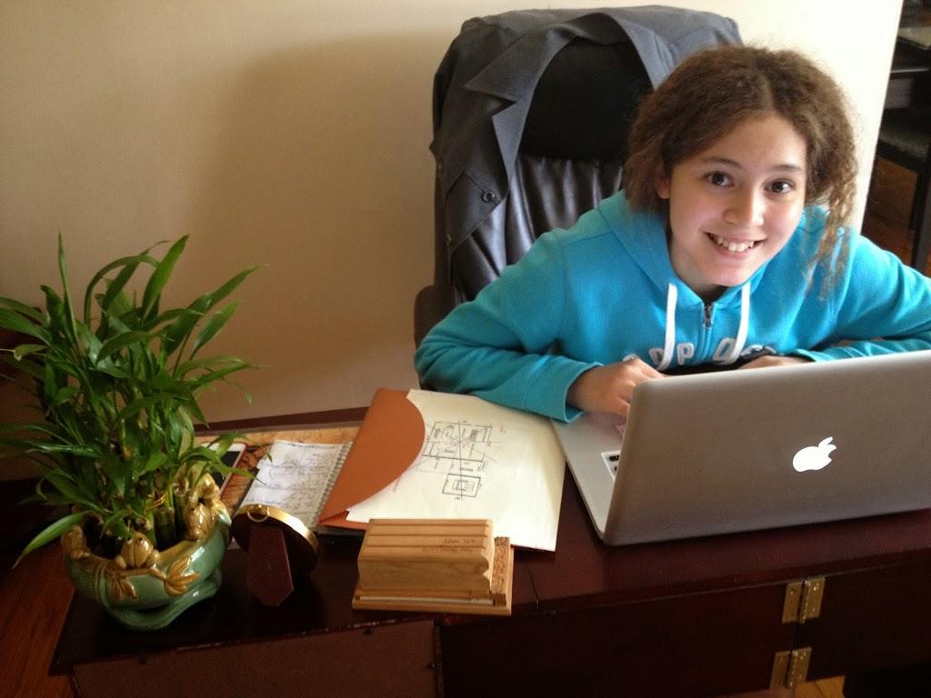 miliany-bonet-on-laptop-blogger